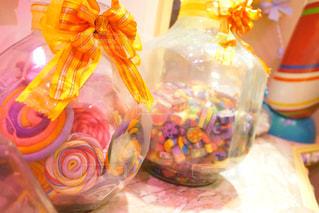 テーブルの上の花の花瓶の写真・画像素材[1170631]