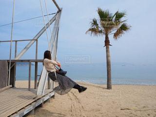 砂浜の上に座っている人の写真・画像素材[1170660]