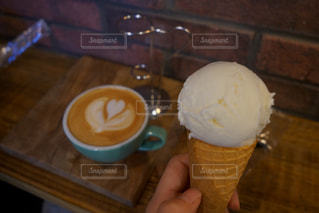 テーブルの上のコーヒー カップの写真・画像素材[1170665]