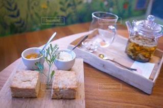 木製のテーブルの上に座ってサンドイッチの写真・画像素材[1170670]