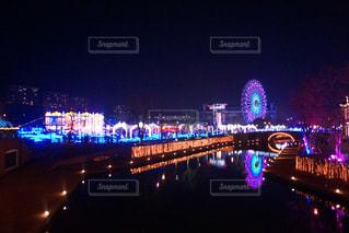 夜のライトアップされた街の写真・画像素材[1172318]