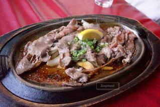 板の上に食べ物のボウルの写真・画像素材[1173070]