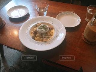 食品やコーヒー テーブルの上のカップのプレートの写真・画像素材[1249687]