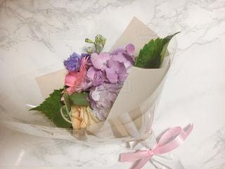テーブルの上のピンクの花で一杯の花瓶の写真・画像素材[1266407]