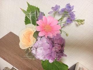 テーブルの上に花瓶の花の花束の写真・画像素材[1266408]