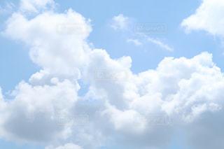 空には雲のグループの写真・画像素材[1354170]