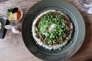 板の上に食べ物のボウルの写真・画像素材[1378929]
