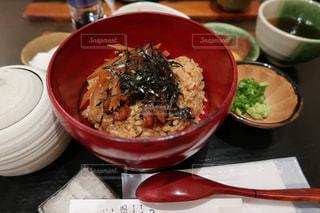 テーブルの上に食べ物のボウルの写真・画像素材[1432038]