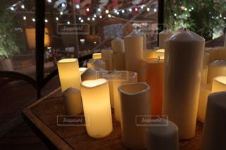 テーブルにガラスの瓶のグループの写真・画像素材[1432397]
