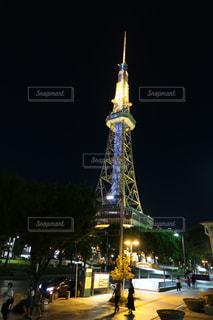 名古屋テレビ塔をバック グラウンドで夜ライトアップ時計塔の写真・画像素材[1489539]