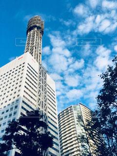 建物の上部に時計と大きな背の高い塔の写真・画像素材[1503411]