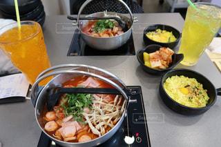 テーブルの上に食べ物のボウルの写真・画像素材[1511541]