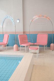 ピンクの椅子のグループの写真・画像素材[1511560]