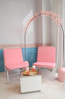 部屋に大きな赤い椅子の写真・画像素材[1511562]