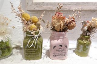 テーブルの上の花の花瓶の写真・画像素材[1511585]