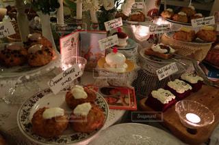 テーブルの上に食べ物の束の写真・画像素材[1553625]