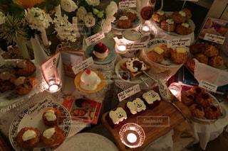 テーブルの上に食べ物の束の写真・画像素材[1553628]
