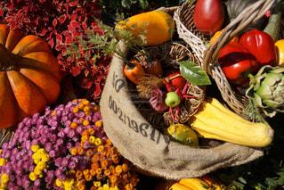 近くに果物の多くの異なる種類のの写真・画像素材[1593387]