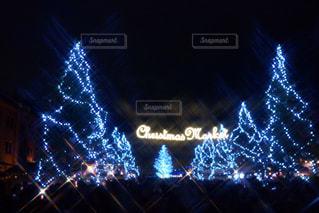 夜のライトアップされた街の写真・画像素材[1620342]