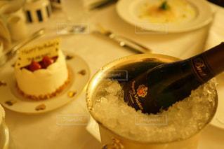 テーブルの上に食べ物のプレートの写真・画像素材[1726613]