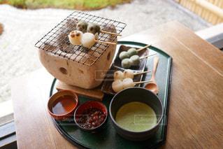 木製のテーブルの上に食べ物の写真・画像素材[1761114]