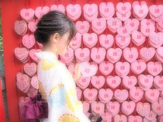 店の前に立っている少女の写真・画像素材[1769971]
