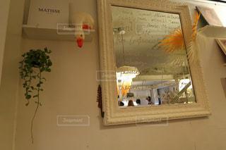 カメラにポーズ鏡の前に立っている人の写真・画像素材[1775100]