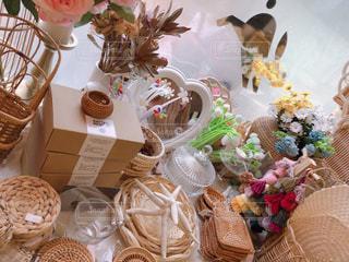 テーブルの上の花瓶の写真・画像素材[2370139]