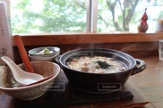 テーブルの上の食べ物のボウルの写真・画像素材[2370142]