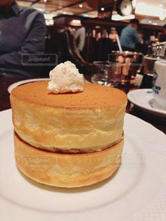 皿の上のケーキの写真・画像素材[2387249]