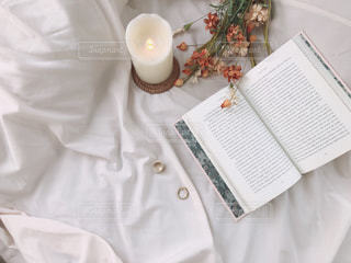 テーブルの上の白い花の写真・画像素材[2403549]
