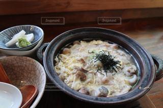 皿の上の食べ物のボウルの写真・画像素材[2431913]