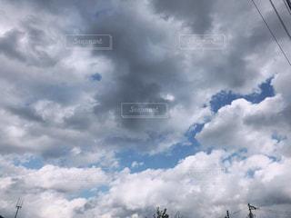 曇りの日に空に雲の群りの写真・画像素材[2741670]