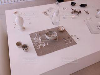 テーブルの上の箱を閉じるの写真・画像素材[2790538]