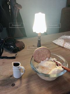 テーブルの上でコーヒーを一杯の写真・画像素材[2936593]