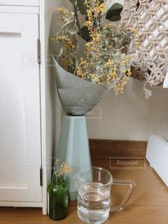 カウンターに座っている花瓶の写真・画像素材[2997497]