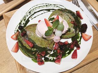 食べ物の皿をテーブルの上に置くの写真・画像素材[3029360]