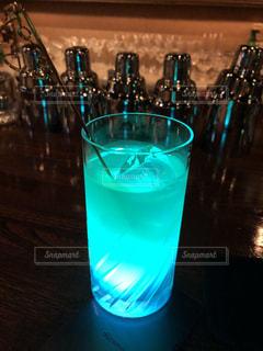 バーで飲むカクテルの写真・画像素材[2099159]