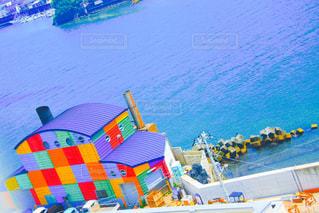カラフルな家と海の写真・画像素材[2102945]
