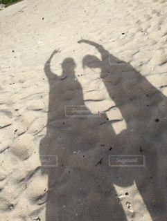 ビーチで写真撮影の写真・画像素材[2104598]