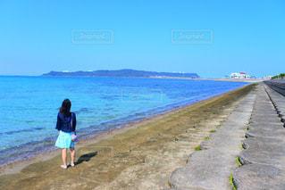 浜辺に立っている人の写真・画像素材[2104641]