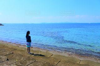 浜辺に立っている人の写真・画像素材[2104642]