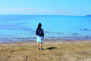 浜辺に立っている人の写真・画像素材[2104645]