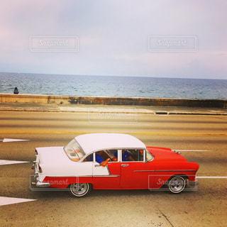 水の体の横に赤い車が駐車してください。の写真・画像素材[759491]