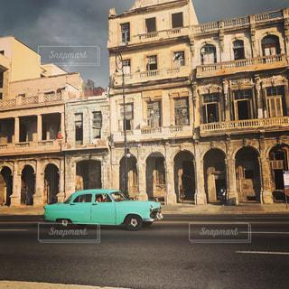 青と白のバスは建物の前に駐車してください。の写真・画像素材[759502]