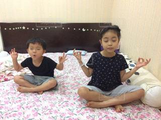ベッドの上に座っている小さな子供の写真・画像素材[956268]
