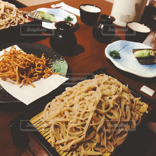 テーブルの上に食べ物のプレートの写真・画像素材[741046]