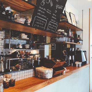レストラン内のテーブル付きのキッチンの写真・画像素材[741050]