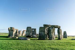 大きい石造りの芝生のフィールドを持つ建物の写真・画像素材[787048]