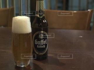 テーブルの上のクラフトビールの写真・画像素材[927682]